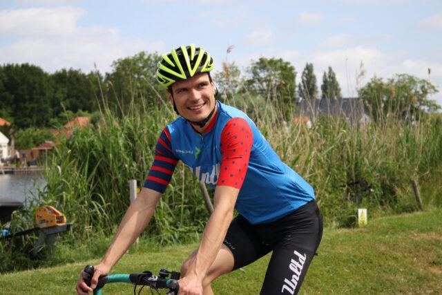 Jarno in wielrennerskleding op de fiets